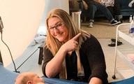 Nhiếp ảnh gia đang chụp bộ ảnh cho em bé sơ sinh nhưng sự chú ý lại dồn hết vào hành động của bố mẹ đứa trẻ ở phía sau
