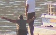 Mẹ diễn viên phim Glee đau đớn quỳ bên hồ chờ tin con gái