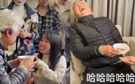 Tranh cãi hình ảnh nhân viên quỳ gối nhận cháo từ tài tử gạo cội Đài Loan