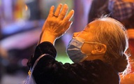 Chùa Phúc Khánh làm lễ cầu an trực tuyến, nhiều người vẫn đứng bên ngoài vọng bái