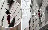 Người đi đường căng chăn hứng 4 đứa trẻ rơi từ căn hộ cháy
