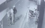 Nam thanh niên dùng xẻng đánh, đạp người phụ nữ trẻ sau va chạm giao thông