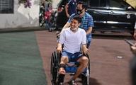 Hùng Dũng ngồi xe lăn đến cổ vũ đồng đội đấu Viettel