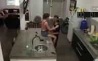 Dẫn gã đàn ông khác đến nhà tình tứ thì chồng đi làm về, vợ tung chiêu giúp nhân tình tẩu thoát, chẳng ngờ bị camera vạch mặt