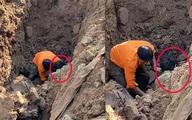 """Người đàn ông """"đào được dưới hố sâu 2 mét"""" hiện ra sao?"""