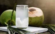 """Kết quả bất ngờ khi soi nước dừa dưới kính hiển vi và 'thời điểm vàng' uống nước dừa trong ngày giúp phụ nữ """"hồi xuân"""", bất chấp hết bệnh tật"""