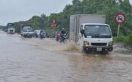 Hà Nội mưa tầm tã, đường gom Đại lộ Thăng Long ngập sâu cả mét