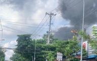 Cháy cửa hàng sơn rồi lan sang nhà dân, cột khói bốc cao hàng chục mét ở Sài Gòn