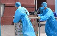 Nhân viên y tế Bệnh viện K hối hả vận chuyển đồ tiếp tế, hàng từ thiện dưới cái nóng oi bức gần 40 độ C