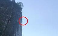 Người đàn ông bị ong đốt bất tỉnh, treo lơ lửng trên vách đá