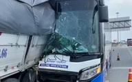 Xe khách dính vào xe tải sau cú tông mạnh, tài xế tử vong