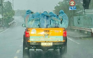 Đằng sau bức ảnh chiếc xe bán tải chở những áo xanh choàng vai dưới mưa tầm tã lay động triệu trái tim người Việt