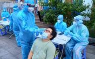 Chiến sĩ áo trắng và áo xanh cùng lấy mẫu xét nghiệm tại quận Tân Phú
