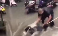 """Cảnh tượng mưa lũ """"hàng nghìn năm có một"""" ở Trung Quốc: Khiếp sợ cảnh cô gái đang đi đường bị cuốn lũ trôi, cảnh sát ra sức cứu"""