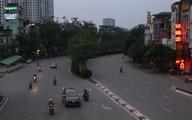 Ngày đầu cách ly xã hội, lượng xe cộ vào giờ cao điểm ở Hà Nội giảm rõ rệt