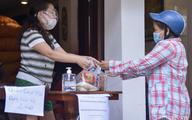 Một gia đình ở phố cổ Hà Nội bỏ tiền túi mua hơn 10 tấn gạo phát miễn phí cho người dân gặp khó khăn vì dịch