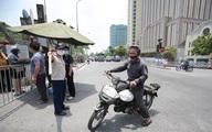 Hà Nội: Phẫn nộ người đàn ông say rượu dùng kiếm đuổi đánh cán bộ chốt kiểm soát dịch