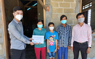 Trao tiền bạn đọc hỗ trợ đến gia đình có hoàn cảnh khó khăn ở Thừa Thiên Huế