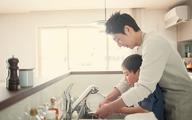 Chồng lương cao gấp 10 lần vợ vẫn hạnh phúc khi rửa bát, lau nhà