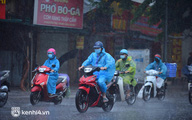 Người dân Hà Nội vật vã di chuyển trong cơn mưa tầm tã buổi sáng sớm