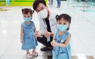 Hình ảnh mới cực đáng yêu của Trúc Nhi - Diệu Nhi khi đi tiêm chủng
