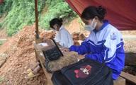 Chị em Bru – Vân Kiều nhờ ba dựng lán giữa rừng bắt sóng học online