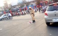 CSGT Hà Nội cầm chổi quét rác giữa trời nắng nóng