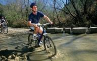 Vẫn đi xe đạp, leo núi dù bị mù