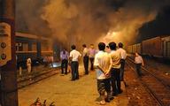 Đang dừng đón khách thì tàu hỏa bốc cháy dữ dội