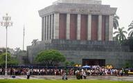 Dòng người đội mưa rào đổ về lăng Bác ngày Quốc khánh