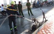 Xe máy điện bốc cháy dữ dội trên cầu Rồng