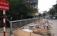 Hà Nội: Vì sao rác ngập cầu Đông Tác?