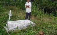 Nhật ký của người cha từng 6 lần đào hố chôn con