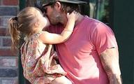 """Sốt ảnh Beckham """"khóa môi"""" con gái cưng giữa phố"""