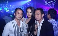 Miu Lê bị fan bủa vây trong quán bar