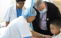 Cơ hội được giáo sư Mỹ phẫu thuật tạo hình trong tháng 3