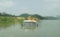 Thanh Hóa: Cận cảnh thủy điện tích nước dìm  ô tô, máy xúc trong biển nước