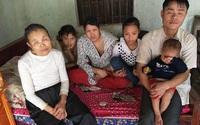 Cuộc sống mới đầy khó khăn của 3 bố con mắt mờ, có mẹ vừa qua đời vì ung thư vú