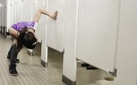 Tại sao cửa buồng toilet cộng cộng lại hở trên hở dưới đến vô duyên vậy? Lý do cực kì bất ngờ