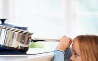 Trẻ một tuổi bị bỏng nặng do nghịch bát mì tôm