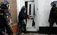Cảnh sát đột kích vào nhà để bắt giữ tên tội phạm ma túy, chẳng ngờ phát hiện cảnh tượng vừa đáng yêu, vừa xót xa trong phòng tắm