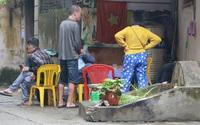 Cận cảnh nghĩa địa trong phố Hà Nội: Nơi người dân vẫn vô tư ăn uống, vui chơi bên cạnh mộ người chết