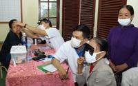 Bệnh viện TƯ Huế khám, cấp thuốc miễn phí cho người dân chịu thiệt hại nặng do bão, lũ