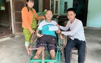 Báo Gia đình và Xã hội trao tiền hỗ trợ chàng trai tật nguyền viết thơ, vẽ tranh bằng miệng