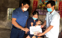 Báo Gia đình và Xã hội trao tiền bạn đọc hỗ trợ các hoàn cảnh khó khăn ở Hà Tĩnh
