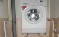 Chuyện xưa nay hiếm: Gia chủ đặt máy giặt lửng lơ phía trên bồn cầu, tận dụng tối đa khoảng trống thật song ai cũng lo 1 điều