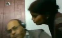 """Đang gọi video trực tuyến thì vợ chạy ra đòi hôn tình cảm, phản ứng ngay tức thì của ông chồng """"gây bão"""" cộng đồng mạng"""
