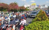 Ảnh: Cửa ngõ vào trung tâm Sài Gòn ùn tắc không lối thoát, ô tô và xe máy chen nhau dàn hàng kín mặt đường