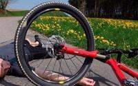 Bé trai nguy kịch do ngã xe đạp