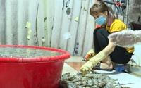 Hà Nội: Lại phát hiện tiểu thương bơm tạp chất vào tôm để tăng trọng lượng